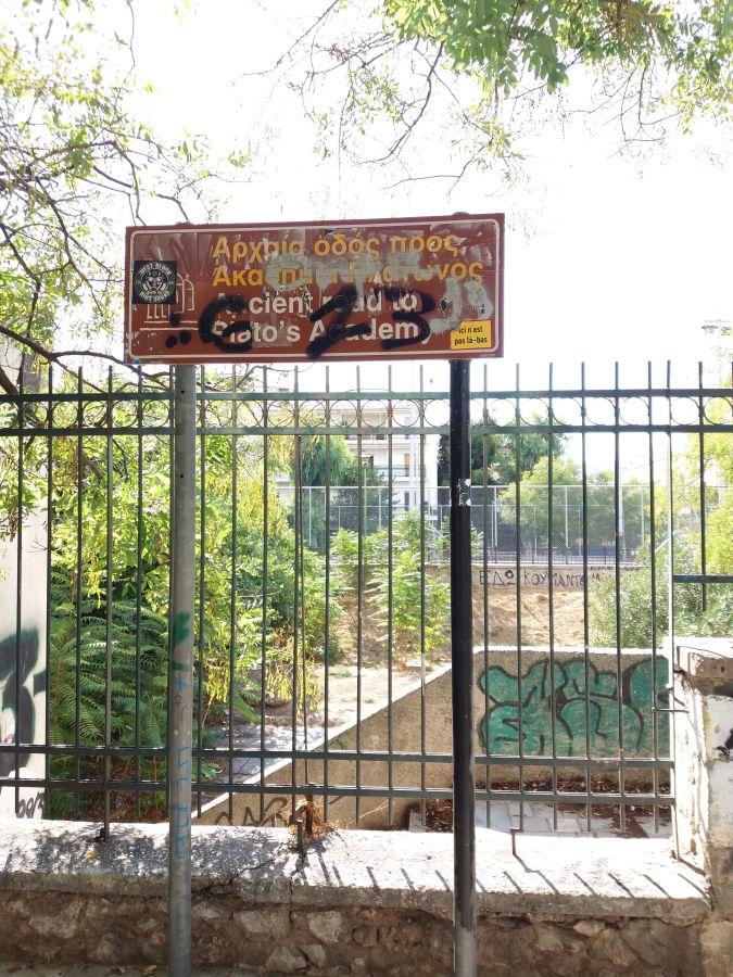 znak informujący o platońskiej akademii