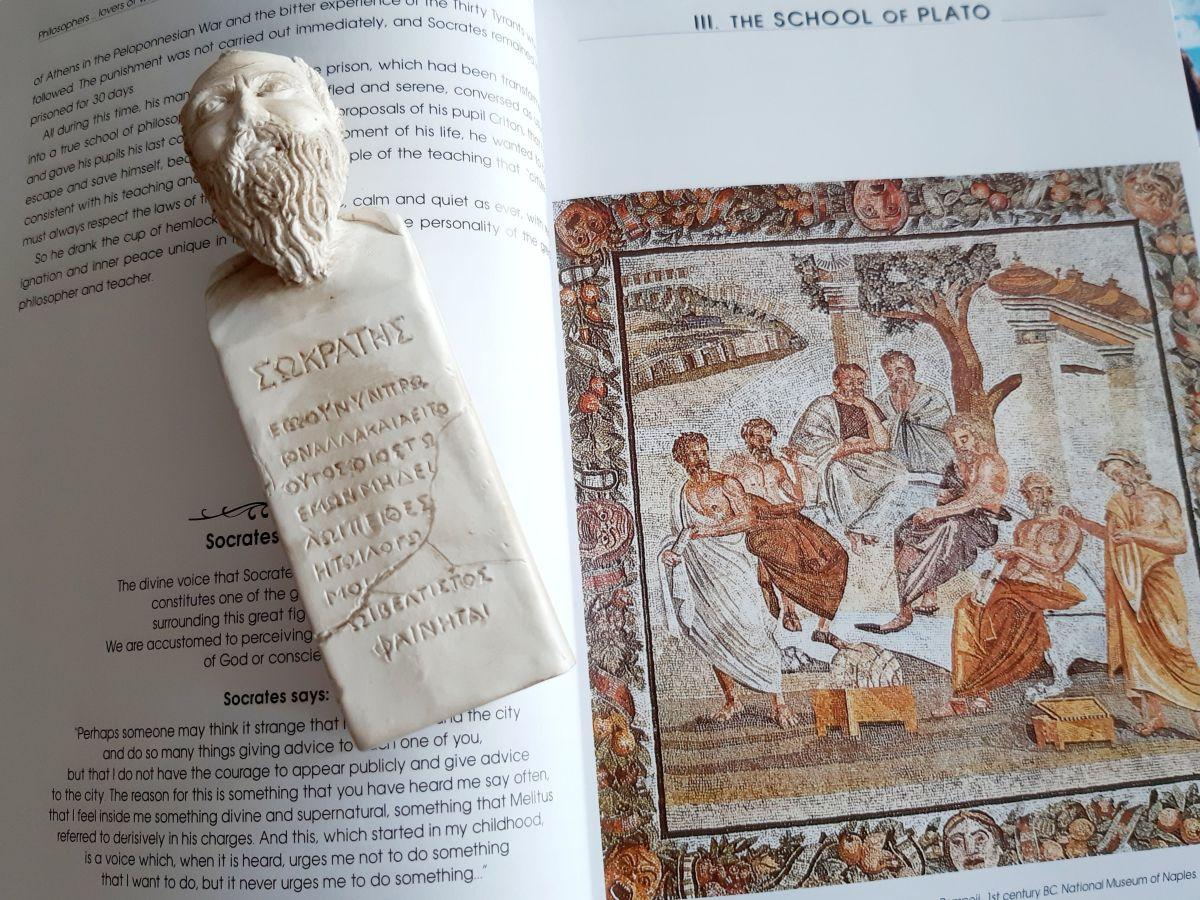 akademia platońska i figurka sokratesa